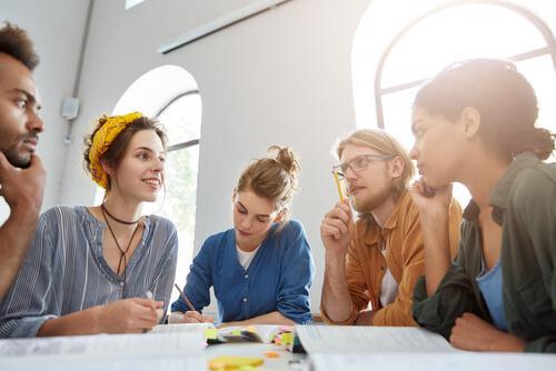 Groep studenten in overleg