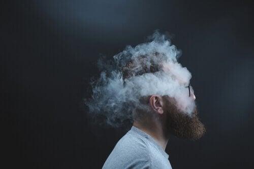 Man met zijn hoofd in de rook