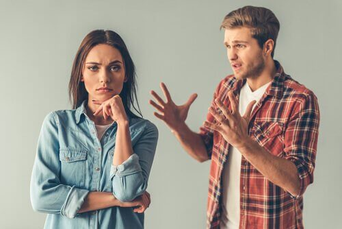 Man legt iets uit aan vrouw