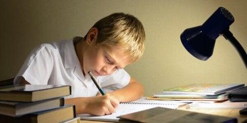 Kind maakt zijn huiswerk