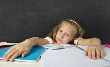 Meisje heeft geen zin in haar huiswerk