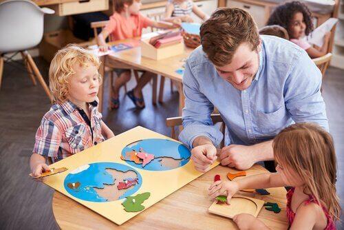 Lerende kinderen met hun leraar