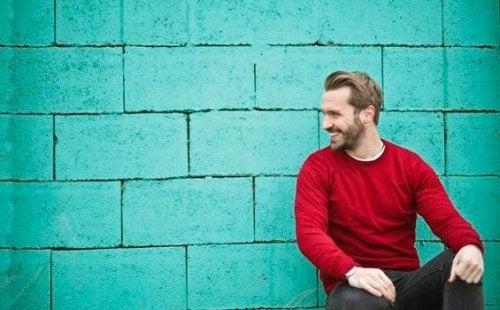 Man met een rode trui