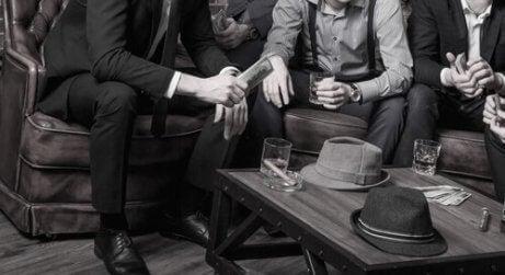 Mannen bespreken misdaad