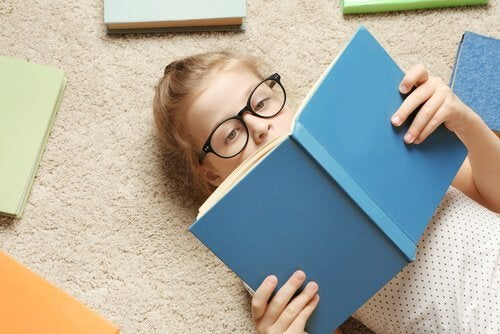 Meisje ligt boek te lezen