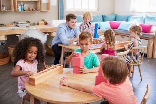 Maria Montessori: vrouw die het onderwijs veranderde