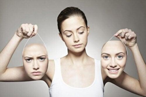 Vrouw draagt twee hoofden