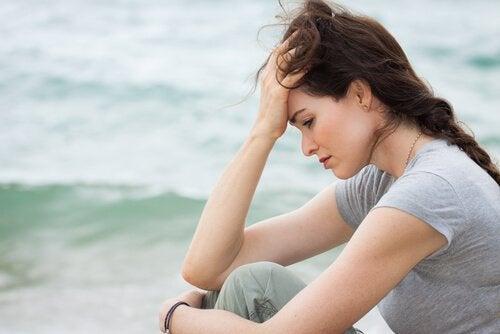 Verdrietige vrouw aan zee