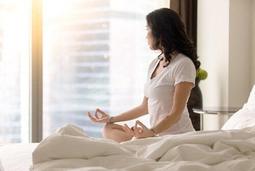 ochtendroutine vrouw mediterend