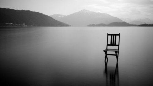 Stoel op een meer