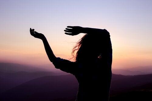verdriet omzetten in creativiteit dansende vrouw