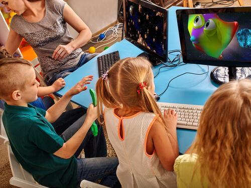 Kinderen spelen videospelletjes op school