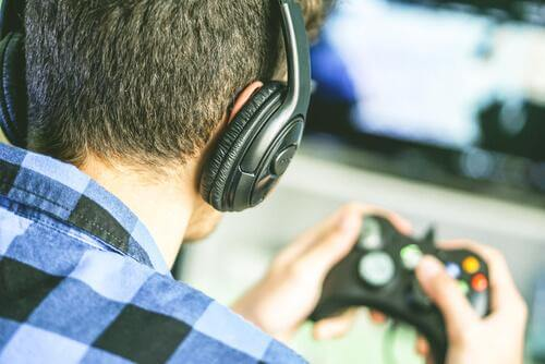 Jongen speelt videospelletje