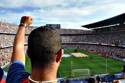 Man moedigt voetbalteam aan