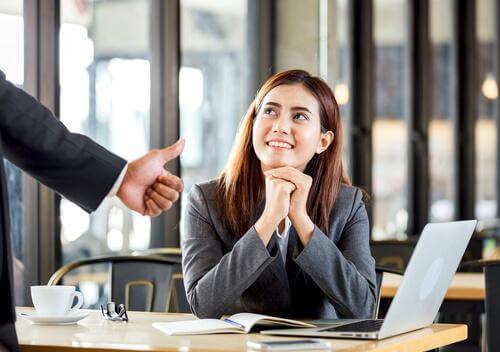 Vrouw die positieve feedback ontvangt