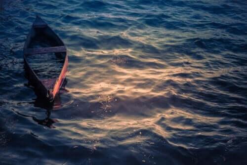 Klein bootje op zee