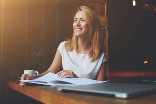 Vrouw die tevreden is met haar werk