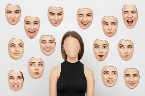 Verschillende gezichtsuitdrukkingen van een vrouw
