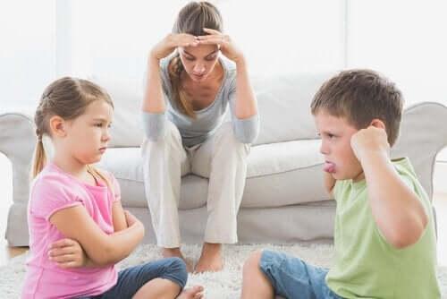 Een jongetje en een meisje maken ruzie