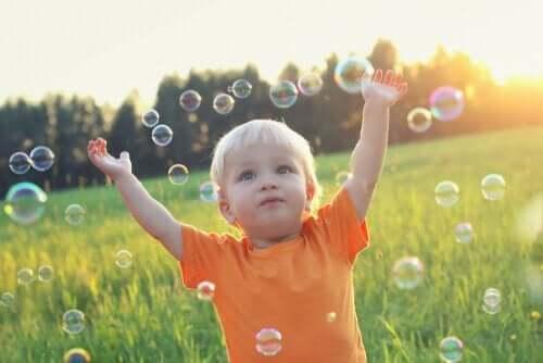 Jongetje speelt met zeepbellen