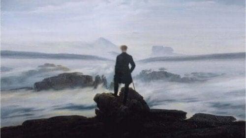 Man die op een rots staat