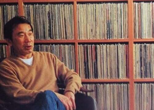 Foto van murakami voor een boekenkast