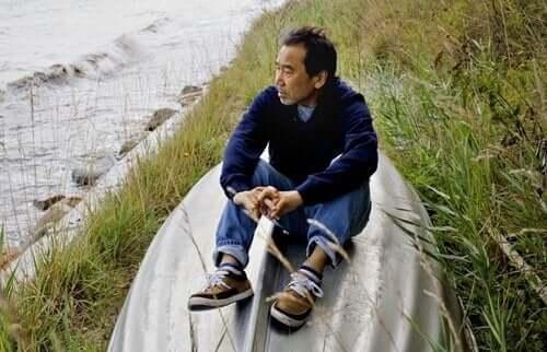 Murakami kijkt uit over een rivier