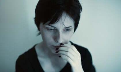 Vrouw kijkt bezorgd voor zich uit