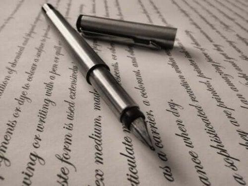 Pen op een papier met zinnen erop