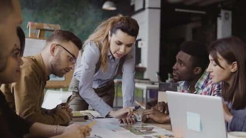 Mensen die werken in teamverband