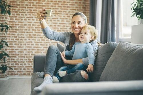 Moeder maakt foto met baby