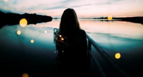 Vrouw aan het water