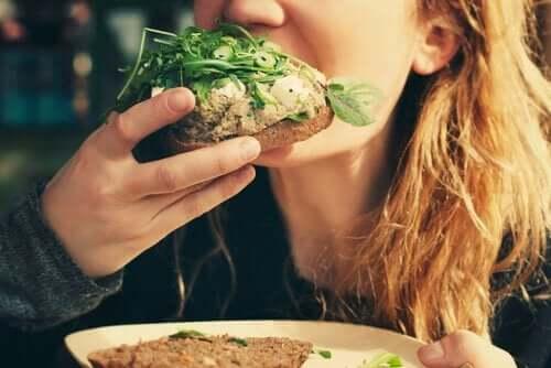 Een vrouw eet brood