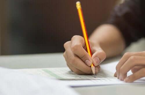 Een persoon vult een test in