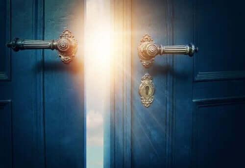 Een afbeelding van een geopende deur