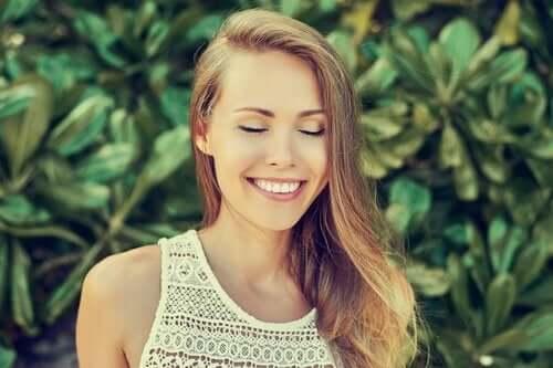 Vrouw lacht met gesloten ogen