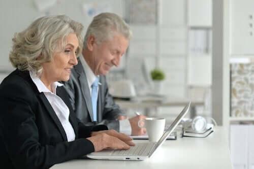 Oudere mensen aan het werk