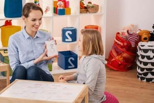 Kinderpsychologe met een kind aan tafel