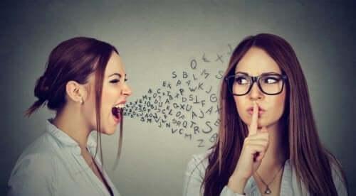Vrouw praat hard tegen andere vrouw