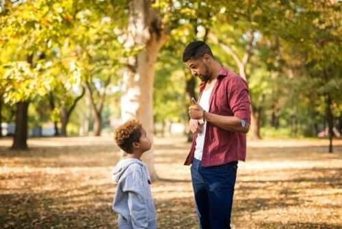 Papa praat met zoontje