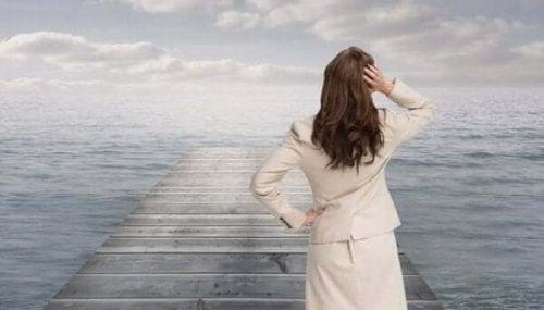 Bezorgde vrouw kijkt uit over zee