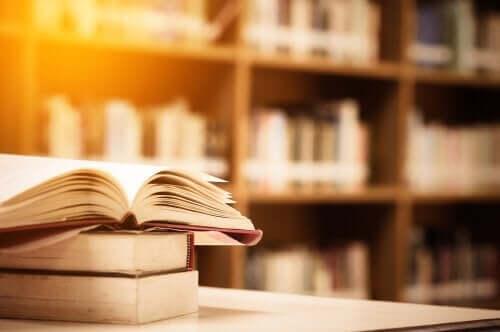 Een stapel boeken in een bibliotheek