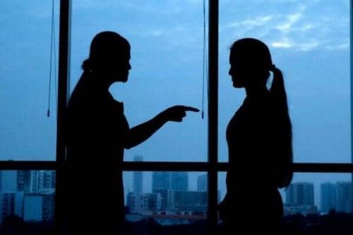 Vrouw is boos op andere vrouw