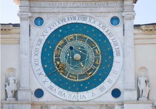 Grote astronomische klok op gebouw