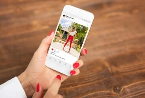 Een mobiele telefoon met daarop de app Instagram