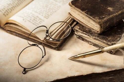 Ouderwetse leesbril en boeken