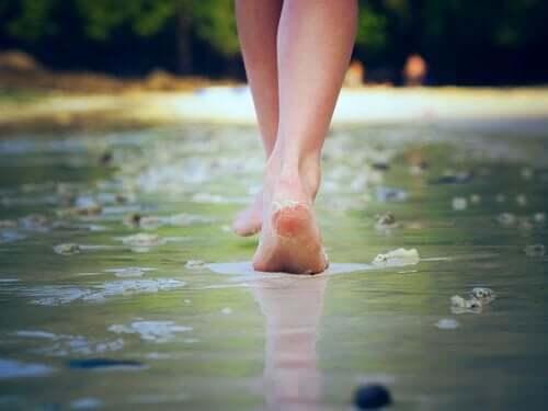 Aan het strand door het water lopen