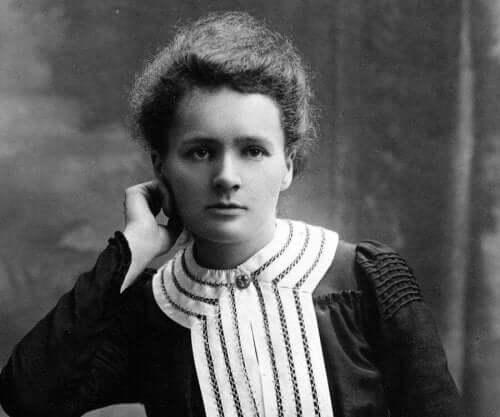 Een zwart-wit foto van Marie Curie