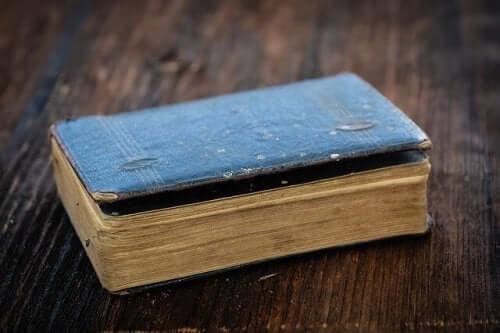 Oud boekje op een houten tafel
