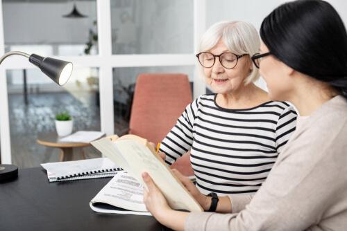 Oudere dame praat met een psycholoog